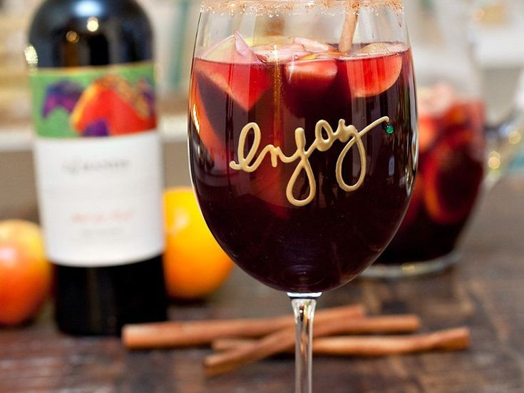 Wie zegt dat je alleen tijdens de zomermaanden cocktails mag drinken? Wij schotelen je vanaf vandaag  regelmatig een heerlijk recept voor va...