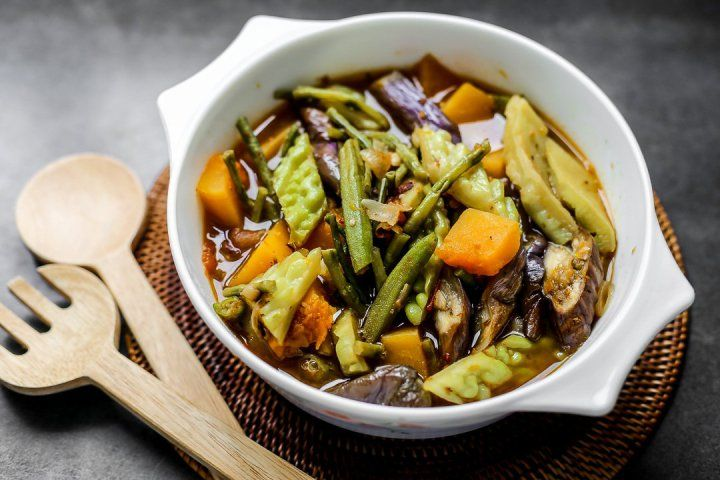 Pinakbet Pinakbet Or Pakbet Is A Popular Vegetable Dish In The Philippines Which Originated In Ilocos Pinakbet Vegetable Recipes Filipino Vegetable Recipes