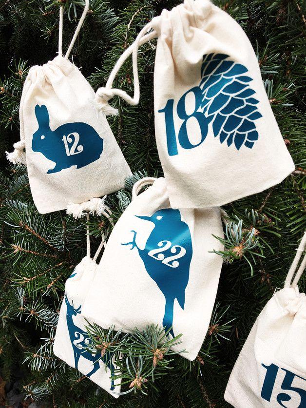 24 individuell bedruckte Adventskalendersäckchen mit schönen Waldmotiven in modernem petrol-blau. Maße pro Säckchen ca 10x14 cm mit Zuziehkordel. 100% Baumwolle Auf Anfrage auch mit Motiven in rot...
