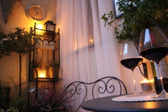 Wieczór na balkonie przy lampce wina