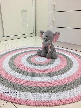 Na decoração do quartinho do bebê, o tapete é fundamental. Se você está procurando um tapete para compor a decoração , segue este  lindo Tapete de crochê listras  cinza , rosa e branco. Será um prazer lhe atender.