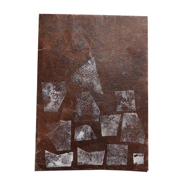 紙版画の装飾を施した、オリジナルロウ引きA4サイズ封筒ひとつひとつ手作業で制作しているため、全て一点ものとなっていますロウ引きという技法が施してあるので、水に...|ハンドメイド、手作り、手仕事品の通販・販売・購入ならCreema。