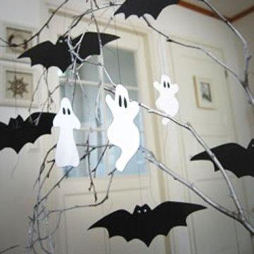 Un arbre à chauve-souris et fantômes