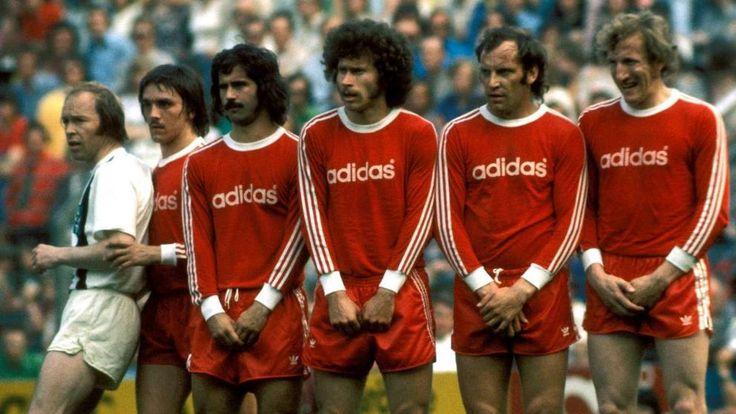 Gladbach Witt Kamp (à esquerda) tenta Bayern parede com Kapellmann, Muller, Breitner, Roth e preto Beck para empurrar juntos