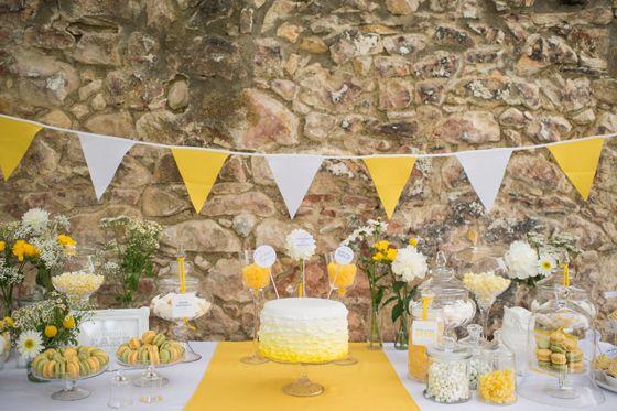 Hochzeits-Sweet Table in Gelb und Weiß mit Ombre-Hochzeitstorte von suess-und-salzig