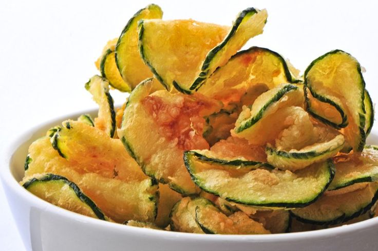 Le chips di zucchine sono un antipasto davvero sfizioso e croccante che si prepara in pochissimo tempo. Ecco la ricetta