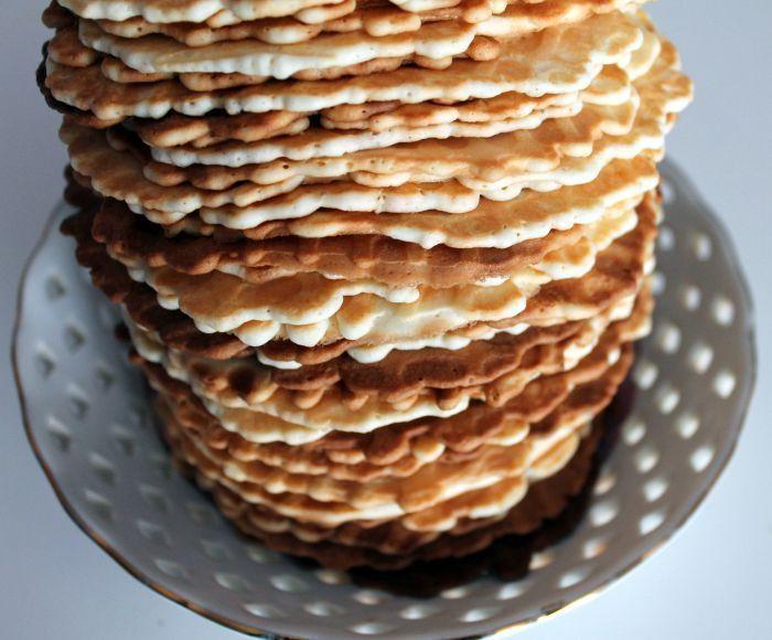 Вафли.  Предлагаю попробовать простой в приготовлении рецепт вафель. Идеально подходит для завтрака в выходные или просто когда возникает желание испечь что-нибудь быстрое и вкусное к чаю.  Вам потребуется:  Масло сливочное 200 гр. Мука пшеничная 200 гр. Сахар 200 гр. Яйцо куриное 5 шт. Крахмал картофельный 3 ст. л.  Как готовить:  Этап 1. Нам понадобится минимальное количество ингредиентов. Перед началом приготовления теста рекомендую включить на разогрев вафельницу, без нее, к сожалению, с…