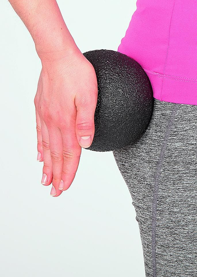"""Massage mit dem Blackroll-Ball am Oberschenkel. Aus dem Buch """"Blackroll - Faszientraining für ein rundum gutes Körpergefühl."""" TRIAS Verlag ©Holger Münch, Stuttgart"""