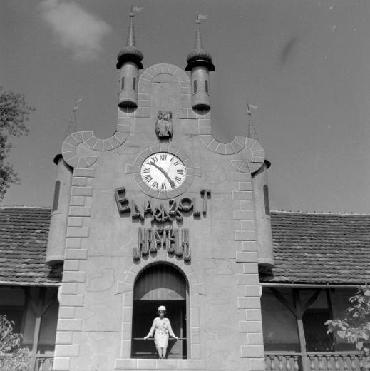 Fotó: Budapest, XIV. Vidámpark, Elvarázsolt Kastély, 1962. orig: Kotnyek Antal (fortepan.hu)