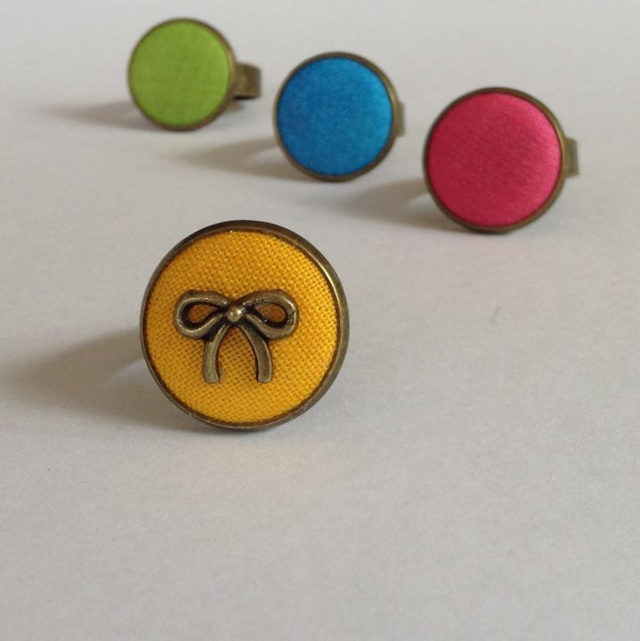 Masnis gyűrű sárga, kék, rózsaszín, zöld szinekben by http://www.breslo.hu/SoadyArt/shop