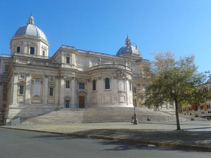Plaza del Esquilino, Roma. Desde aquí se puede ver el ábside de la Basílica Santa María la Mayor.
