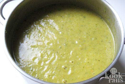 Voor deze romige courgette-soep heb je maar 5 ingrediënten nodig, lekker makkelijk!