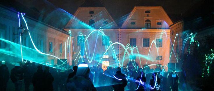 Hoe kun je een compositie maken die zowel muzikaal als visueel interessant is? LSP van Edwin van der Heide verkent de relatie tussen geluid en 3D beeld door met laserlicht te projecteren op nevel.