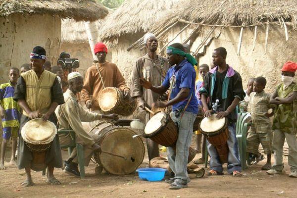 De eerste editie van het Pinkpop festival in Burundi is in volle gang. Bezoekers genieten van het mooie weer en de Afrikaanse topacts. De organisatie is tot nu toe tevreden over het verloop van het festival. Toch is er ook kritiek. Het is de eerste keer dat het Pinkpop festival in het straatarme Burundi wordt gehouden. Circa 52 bezoekers kwamen [...]