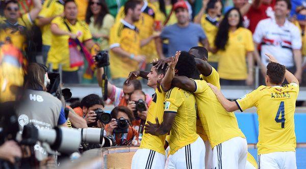 El atacante de Colombia Teofilo Gutierrez celebra el gol anotado ante Grecia el 14 de junio de 2014 en Belo Horizonte por el Grupo C del Campeonato Mundial de fútbol | Colombia golea a Grecia y es una fiesta - Yahoo Deportes