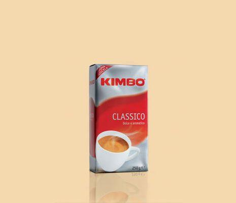#Kimbo Classico conquista al primo assaggio: è una miscela raffinata, ottenuta prevalentemente da arabica pregiati, accuratamente selezionati e tostati, dall'aroma generoso e dal gusto morbido. Il risultato è una combinazione perfetta tra dolcezza e rotondità.   Disponibile anche su www.kimbo.it/shop.