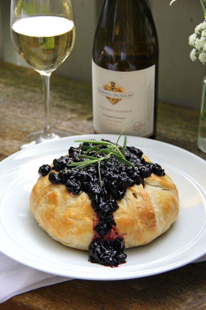 Summer is the most perfect time to have friends and family come together for great food and great wine, wouldn't you agree? How about a puff pastry baked brie with blueberry chutney? #Recipe #DIY #Wine