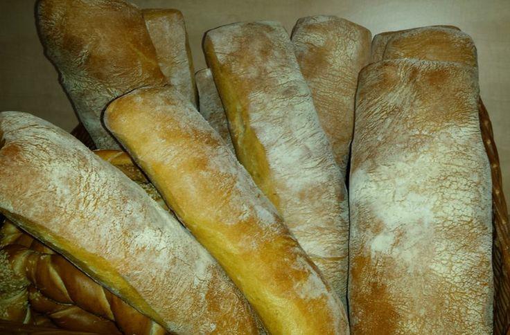 CIABATTA este o pâine după o rețetă creată în Italia ca alternativă la baghetele franțuzeşti. Este făcută din făină albă cu gluten foarte mare şi aluat foarte moale. Rezultatul este o pâine deosebită, cu coaja crocantă şi miezul moale şi cu o textură foarte deschisă, aerată.  Specific pâinii ciabatta originale este şi forma neregulată, greu de controlat. Pe raft o găsiți proaspătă în magazinele partenere.  Vă mulțumim pentru că alegeți calitatea!