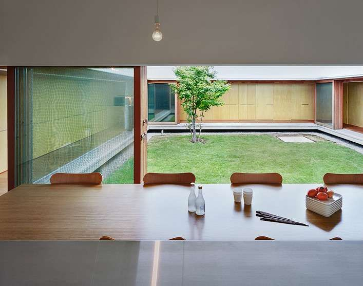 Room the cloister minimalist japanese house design by for Minimalist house with courtyard