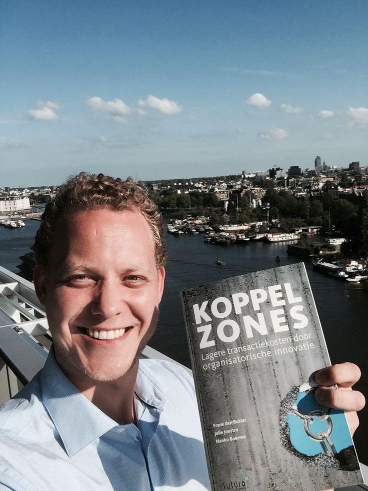 Auteur Jelle Joustra trots met zijn boek 'Koppelzones'. Deze heeft hij geschreven samen met Frank den Butter en Nanko Boerma. #koppelzones #jellejoustra #frankdenbutter #nankoboerma #futurouitgevers