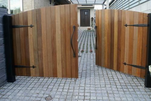 木の門扉 手作り木のガレージ扉 エクステリア造園 プランから施工まで