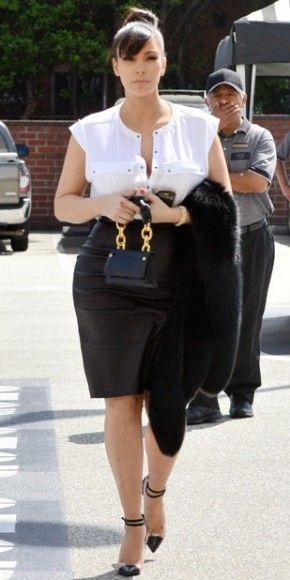 KIM KARDASHIAN    De blanco y negro se vistió Kim Kardashian para ir a almorzar al restaurante Il Pastaio en Beverly Hills.