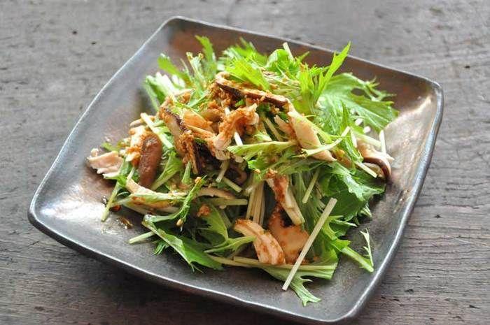 材料は、鶏のささみ、水菜、椎茸の3つだけ!シャキシャキ水菜とささみの歯ごたえでヘルシーなのに満足感もあります◎ごま油で香りが広がる手作りドレッシングと合わせて召し上がれ♪