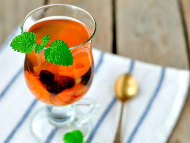 Согреваемся вкусно: пять рецептов зимнего чая. Что может быть приятнее дружной прогулки всей семьей на свежем морозном воздухе? Только вернуться домой и греться под теплым уютным пледом с чашечкой ароматного зимнего чая. Рецепты этого замечательного напитка сегодня и обсудим. #чай #чаепитие #вкусно #полезно #витамины #апельсины #цитрусовые #рецепты #интересно #полезно #витамины