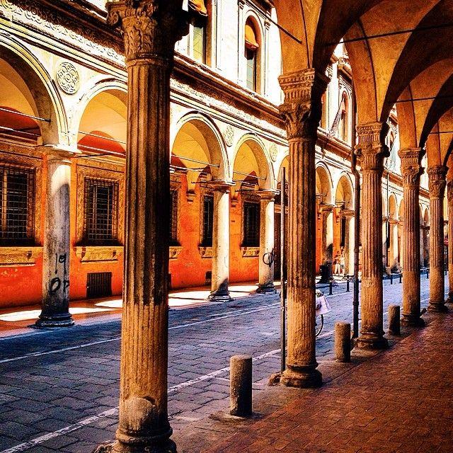 I magnifici #portici di #Bologna sotto cui trovare ombra e riparo nelle mattine di agosto foto di @barefootitaly