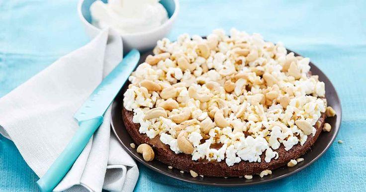 En maffig kladdkaka med fluffiga, salta popcorn, knapriga nötter och söt kolasås som topping. Servera gärna med vispad grädde.