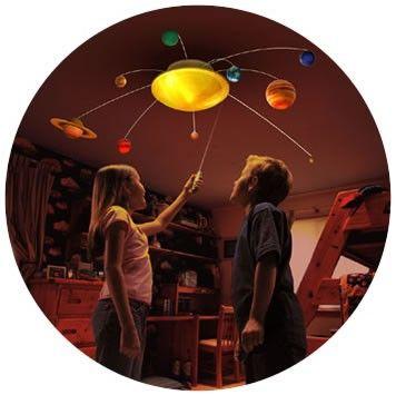 Çocuklara gezegenleri görsel bir şekilde öğretmenizi sağlayacak mükemmel bir doğum günü hediyesi.   http://www.buldumbuldum.com/hediye/odamdaki_gunes_sistemi/