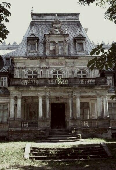 Abandoned Mansion- what I would give to have the opportunity to restore this…