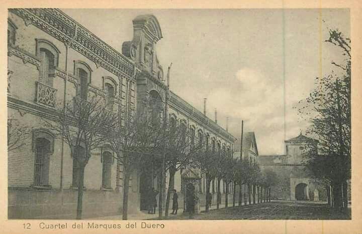 Cuartel del Marqués del Duero, ya derribado. Al fondo la puerta de acceso a la Ciudadela. Pamplona.