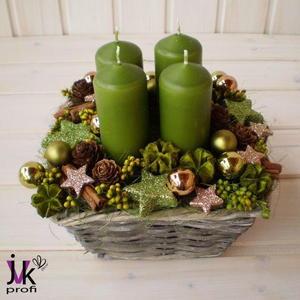 Vánoční svícen Ema Popis: Vánoční svícen v zelené barvě. Košík zdobí šišky, kokosové vlákno, hvězdy, skořice, skleněné baňky a sušina. Slouží pro dekorativní účely. Vhodný do interiéru. Rozměry: Šířka: cca 16 cm. Výška: cca 16 cm. UPOZORNĚNÍ: Barvy se mohou mírně lišit v závislosti na nastavení monitoru Vašeho počítače.