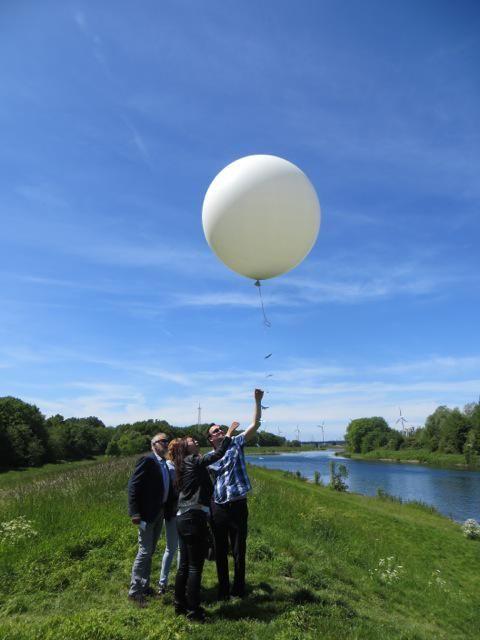 Het emotionele moment van het loslaten van de ballon. Kippenvel!
