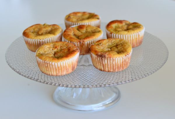 Sukkerfrie rabarbramuffins laget med kakemix. Kan bruke 1ss mager kesam i oppslriften Rabarbwra kan byttes med eple e.l.