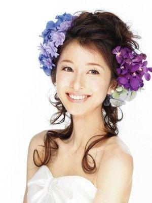 控えめな後れ毛と生花でフレッシュな印象に/Front|ヘアメイクカタログ|ブライダル・ビューティ|ザ・ウエディング