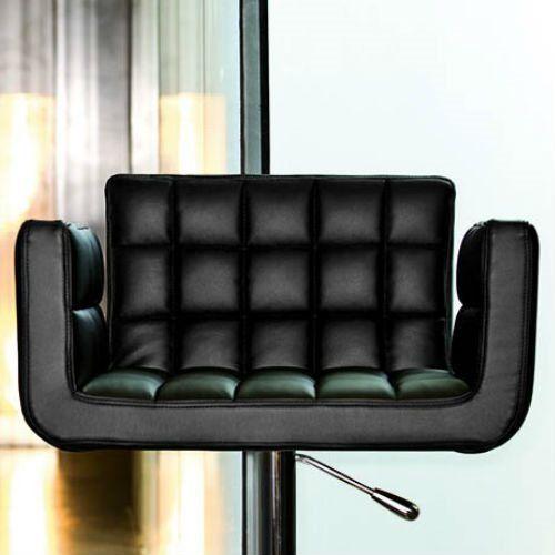 Zitten aan de bar alsof je op een riante fauteuil zit! Dat kan op de MIDJ Marsiglia SG Barkruk van Studio Technico MIDJ. De design barkruk heeft een draaibare, lederen kuipzitting. De kruk is in hoogte verstelbaar, voor barhoogtes van 83 tot 115 cm.