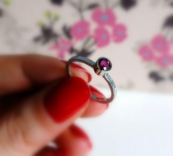 Platynowy pierścionek z rubinem : bizoe.pl