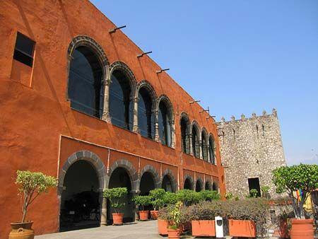 Palacio de Hernán Cortes, hoy Museo de Antropología de Cuernavaca, México. El Palacio de Hernán Cortes está ubicado en la zona céntrica de la ciudad de Cuernavaca, y el primer interés que despierta al visitar este palacio-museo, es el de reconocer su profundo valor histórico, ya que es el edificio civil más antiguo conservado en México.