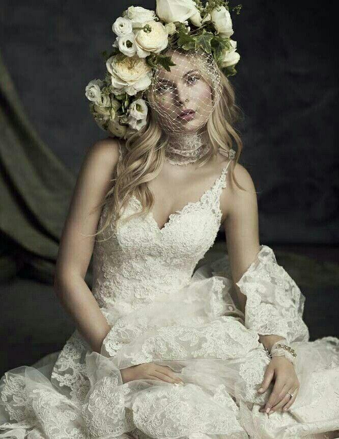 Deze Ella Rosa bruidsjurk is een absolute 'wauw' jurk.. prachtig kant, dunne bandjes en een beetje bling.. In deze trouwjurk steel je gegarandeerd de show!