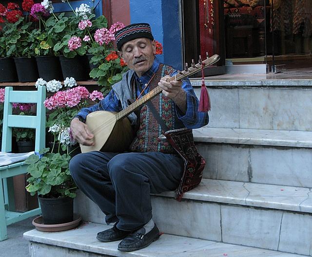 http://WhoLovesYou.ME | #streetperformer Muslim man playing saz in Istanbul #streetperformer #busker