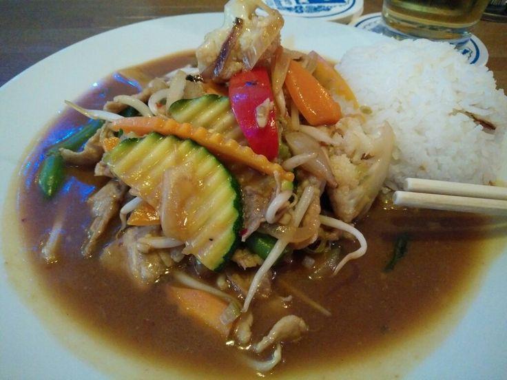 Vietnamese lunch fried pork with bamboo, carrots, broccoli, zucchini and rice  Pranzo vietnamita maiale fritto con bamboo, carote, broccoli, zucchine e riso