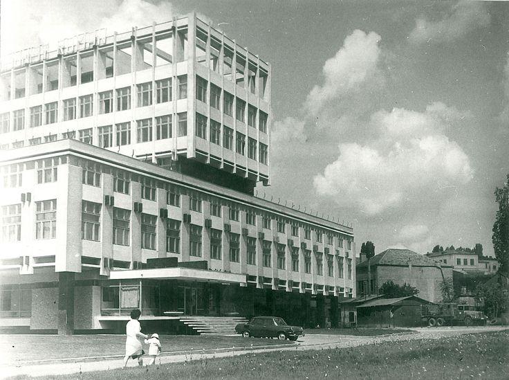 """Galați : Perpendiculare : (Clădirea Icepronav) / Năstase Marin .- Galaţi, 1972. Imagine din colecțiile Bibliotecii """"V.A. Urechia"""" Galați."""