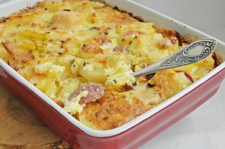 Reteta culinara Cartofi gratinati cu carnacior afumat din categoria Mancaruri cu carne. Cum sa faci Cartofi gratinati cu carnacior afumat