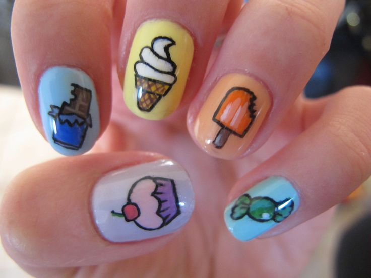 Uñas inspiradas en postres. Diseño con estampas de dulces