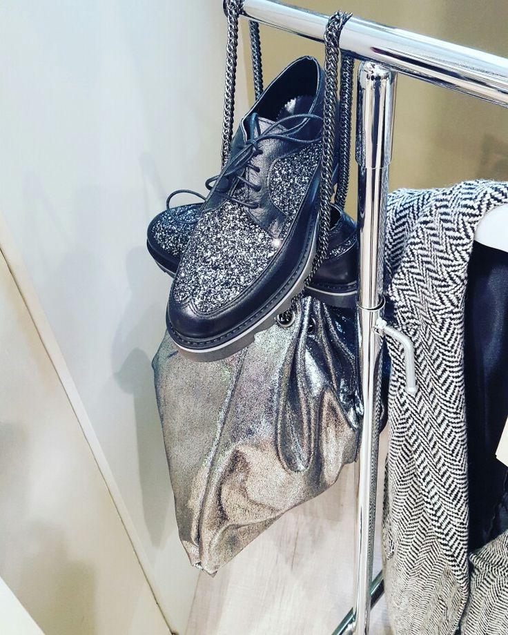 """""""Guardami: il segreto è nei dettagli !!! ... Un tocco sofisticato si fa notare su un outfit semplice !!! ... Tocchi Brillanti ... crea il tuo look perfetto per i party con le giuste scarpe e borse ... LASCIATI ISPIRARE !!! ☄🌟❤😍 #EnjoyChristmasPromotion  #TuttoFinoAl50  #EnjoyYourChristmas  #OnlyEkhòModa"""