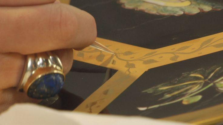 Decorazione e incisione dell'oro zecchino su piatto porcellana terzo fuoco.