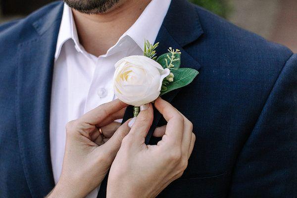 Elopement wedding na França: A flor de lapela que Eduardo usou é da Boutonniere Lapelas e presa por imã, que não danifica a roupa!