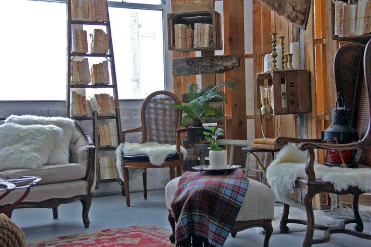 Vintage inrichting van opgeknapte meubels van de kringloop. We love it!